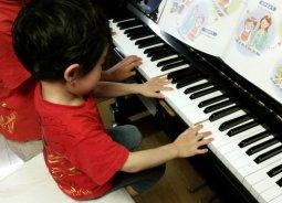 ピアノ教室集客のチラシポスティングで、指導者の経歴はポスティングの効果に影響する